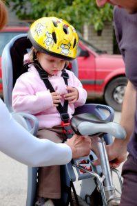 Kind in Fahrradkindersitz
